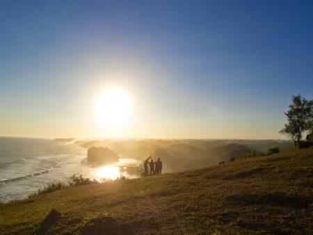Eloknya Sunset di Puncak Bukit Kosakora